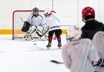 Lapset pelaavat jääkiekkoa.
